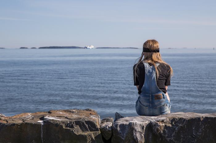 merenranta helsinki tyttö istuu rannalla taustakuva suomenlahti laiva_