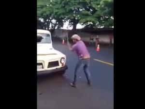 Revoltado, homem destrói o próprio carro apreendido em blitz