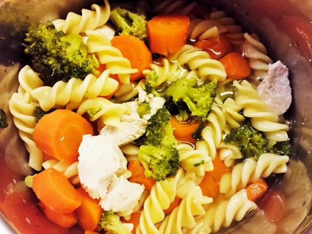 Můj fialový svět První příkrm těstoviny, mrkev, brokolice, kuřecí recept