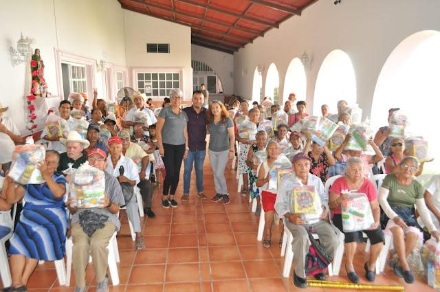 Aurora Arlette Aramburo Jarillo refuerza la canasta básica a los  adultos mayores