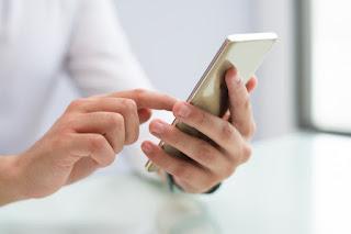 checando redes sociais no celular