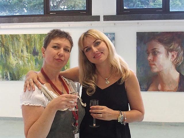 Künstlerinnen Olga David und Natalia Simonenko bei der Vernissage in München