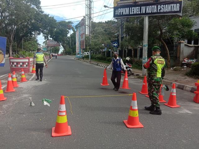 Pemberlakuan Pembatasan Kegiatan Masyarakat Di Jalan Merdeka Dilakukan Personel Jajaran Kodim 0207/Simalungun Bersama Dinas Terkait