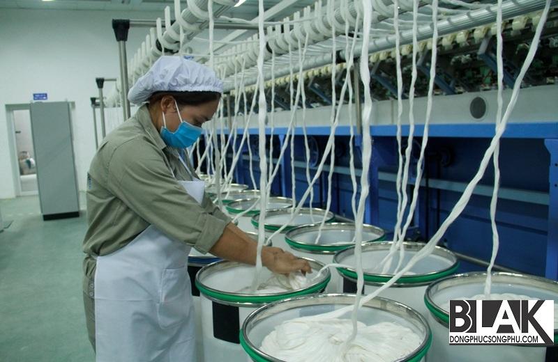 Công đoạn kéo sợi trong nhà máy