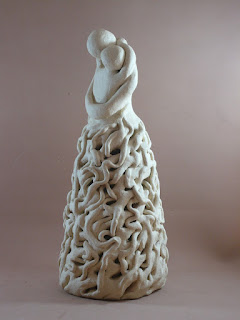 Escultura de cerámica de dos personas abrazándose