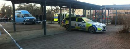 En man ska ha attackerat minst en person vid ett gymnasium i Vallentuna  norr om Stockholm. Skrämda elever twittrar om händelsen och säger att de  inte får ... 8a2d6bdfb9771