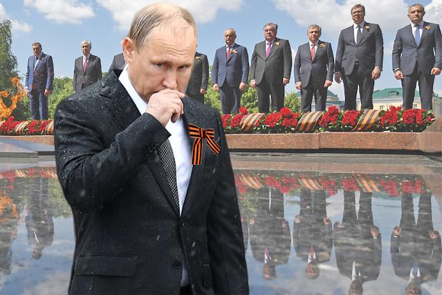 Владимир Путин и главы государств, приглашенные на парад, на церемонии возложения цветов к Могиле Неизвестного Солдата в Александровском саду в Москве, 24 июня 2020 года