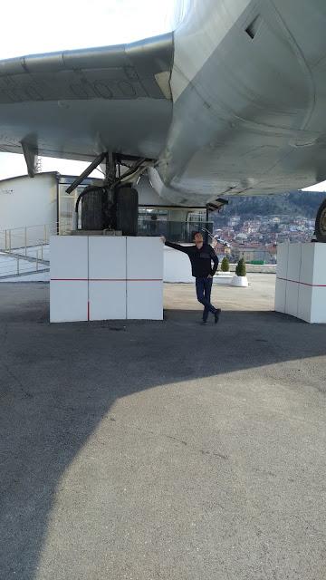 Harun İstenci Boeing 717 Kastamonu Millet Kıraathanesi'nin altında uçağı inceliyor. Kastamonu - Nisan 2019