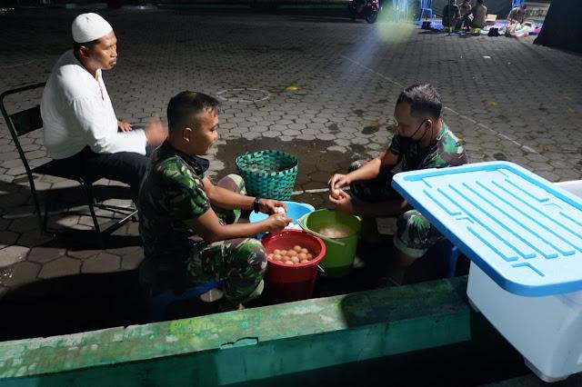 KodimKaranganyar – Sahur Berkah, Dapur Umum Kodim 0727 Karanganyar Membuat 500 Bungkus Nasi Siap Saji