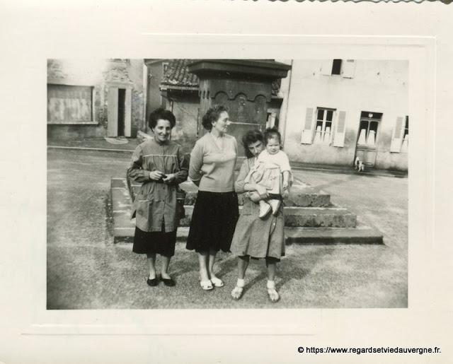 Photo ancienne : sur la place de Celles sur Durolle,63.