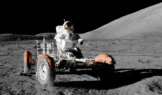 seorang astronot sedang mengendarai kendaraan luar angkasa di permukaan bulan