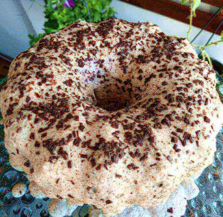 Bolo de chocolate com calda de avelã e raspas de chocolate