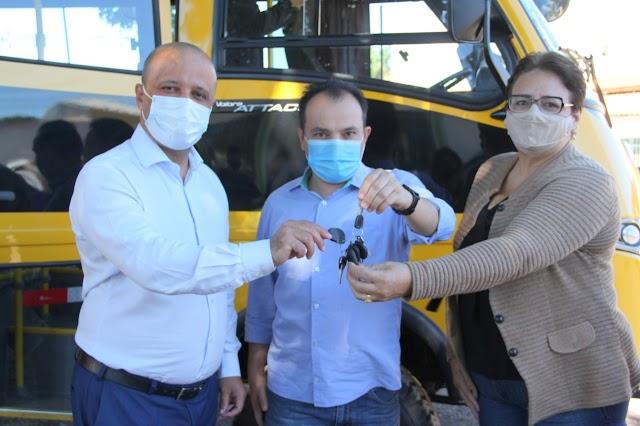 Valparaíso: Deputado Vitor Hugo entrega ônibus escolar à prefeitura. Mais 37 municípios serão beneficiados