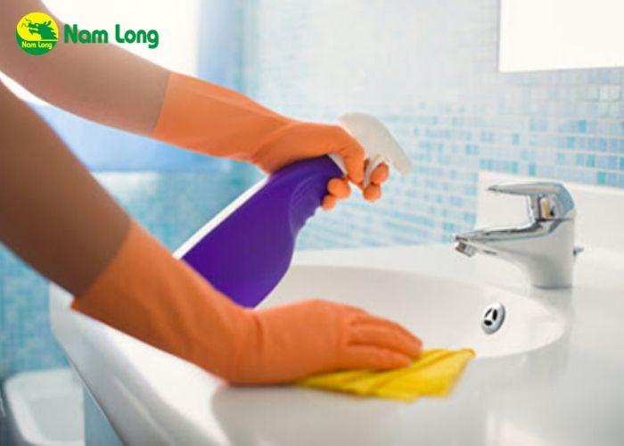 vệ sinh nhà cửa thông thoán, nên mang găng tay cao su khi vệ sinh nhà cửa