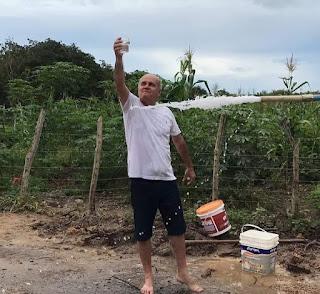 Falta de água em Barroquinha: Jaime Veras, o rei da propaganda enganosa, brinda zombando da população sedenta.