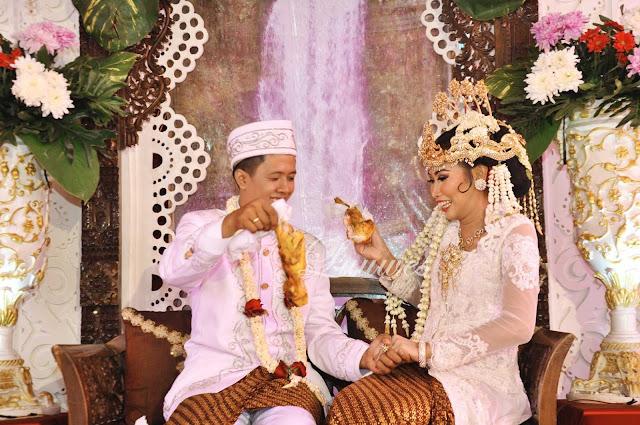 Pernikahan dengan resepsi adat sunda