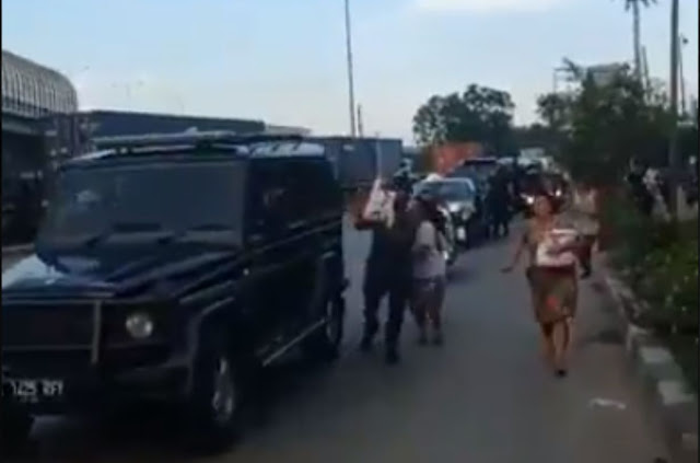 Lagi! Jokowi Bagi-bagi Sembako di Jalanan Warga Sampai Lari Terkepot-kepot