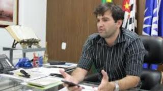 Otávio Gomes durante entrevista