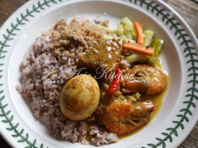 Nasi Dagang Kelantan Dengan Gulai Ikan Tongkol Dan Sambal Ikan