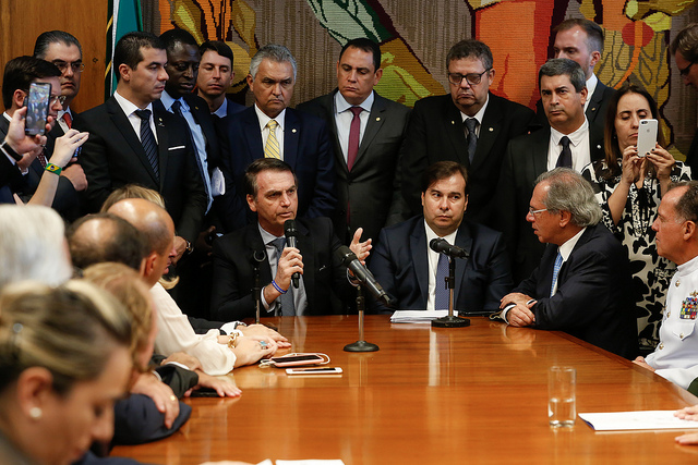 foto imagem da camera dos deputados com bolsonaro e paulo guedes