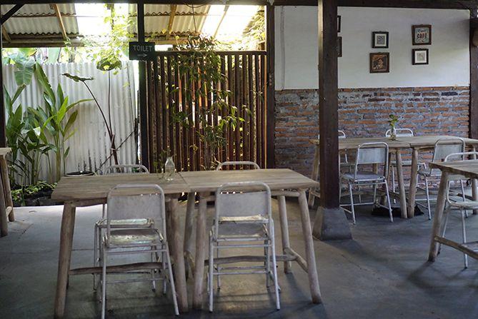 Meja dan kursi di bagian dalam kedai kopi Rawuh