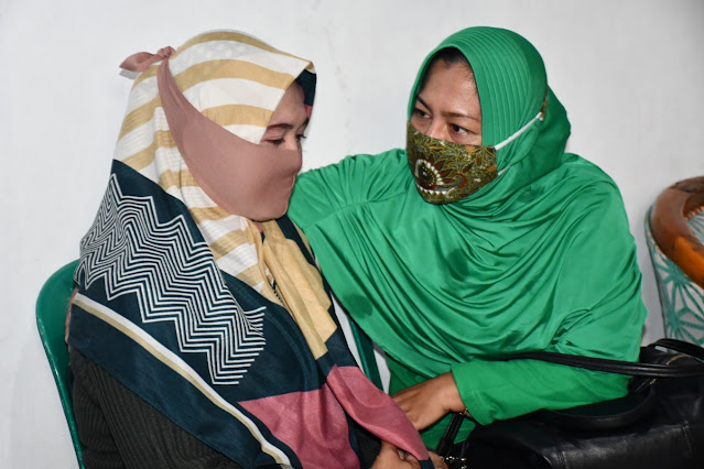 Bertemu Istri Almarhum Kopda Eko Suparjo, Ketua Persit KCK Koorcab Rem 081 Teteskan Air Mata