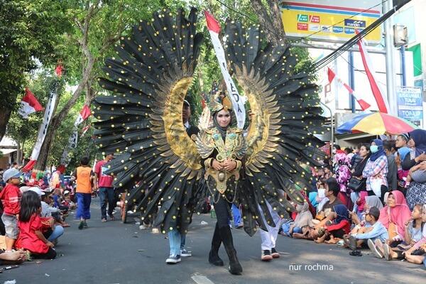 kostum peserta karnaval budaya