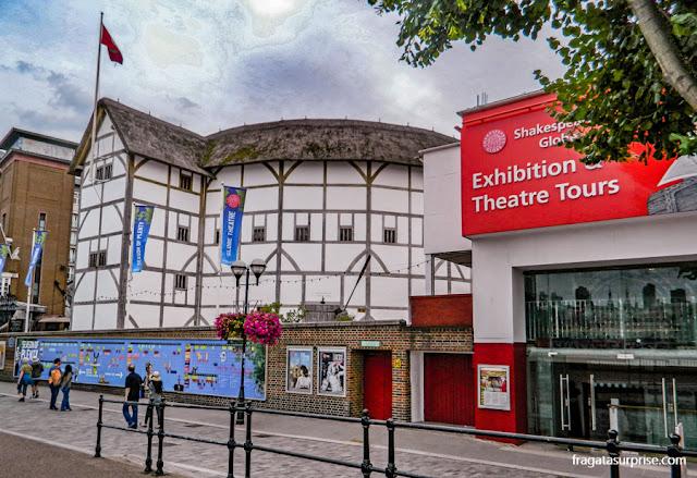 Teatro Globe de Londres, às margens do Tâmisa