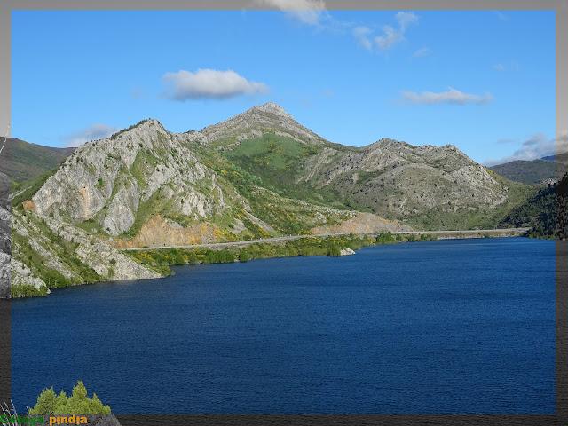 Vistas al Pico de la Cruz desde el pantano de Barrios de Luna