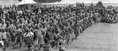 Gran reunión de maoríes, realizando una espectacular haka