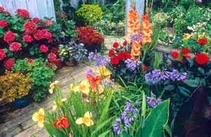 Selain manfaat di atas, manfaat taman lainnya yakni dapat mempercantik tampilan rumah anda. Rumah dengan taman pasti kelihatan lebih cantik dan lebih asri apabila dibandingkan dengan rumah tanpa taman yang gersang dan kering.