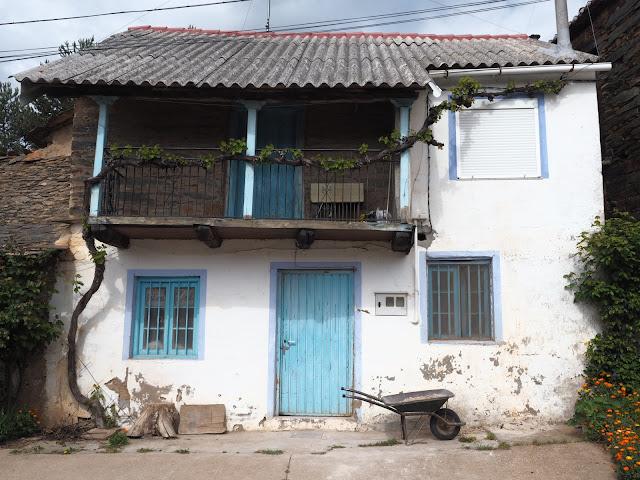 Casa de pueblo maragata con balcón y puerta azul