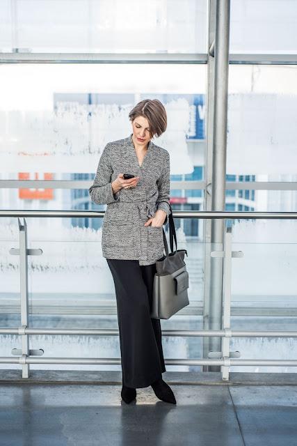 business casual , sportowa elegancja, stylizacja do pracy, szerokie spodnie, porady stylistki, kobieta, stylistka poznan, blog po 30 - tce, klasyczna stylizacja,