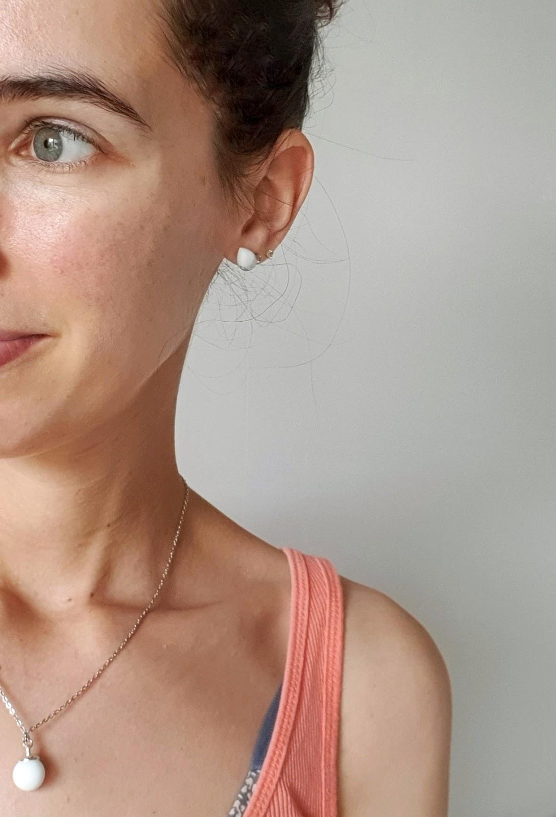 collier et boucles d'oreille lactés, réalisés avec du lait maternel