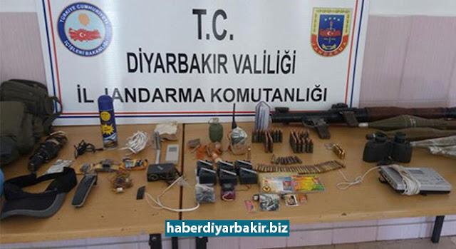 DİYARBAKIR-Diyarbakır'ın Çermik ilçesinde bağlı Konuksever ve Bayırbağı köyleri yol ayrımda PKK'lilere düzenlenen operasyonda RPG-7 roketatar, 7 el yapımı patlayıcı düzeneği, el bombası ile çok miktarda mühimmat ele geçirildiği bildirildi.