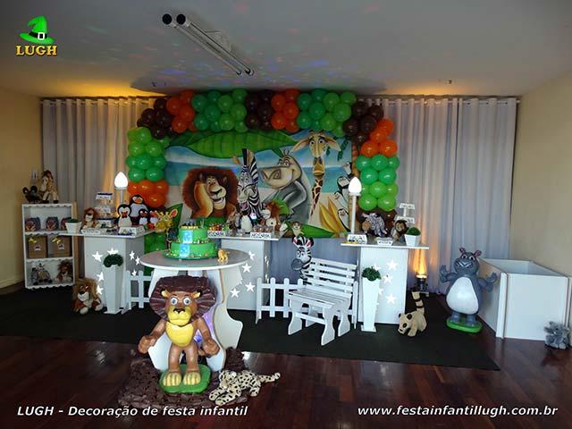 Decoração infantil tema Madagascar em mesa provençal para festa de aniversário masculina
