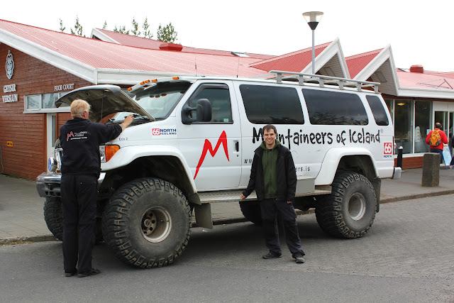 El tamaño de los coches y las personas islandesas hacen parecer a Alberto un hobbit