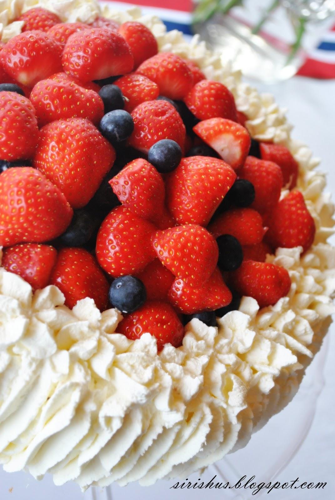 lettvint kake med bær
