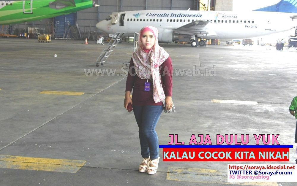 Foto Meme Soraya Gadis Seksi Cantik Berjilbab naik pesawat jalan aja dulu cocok nikah