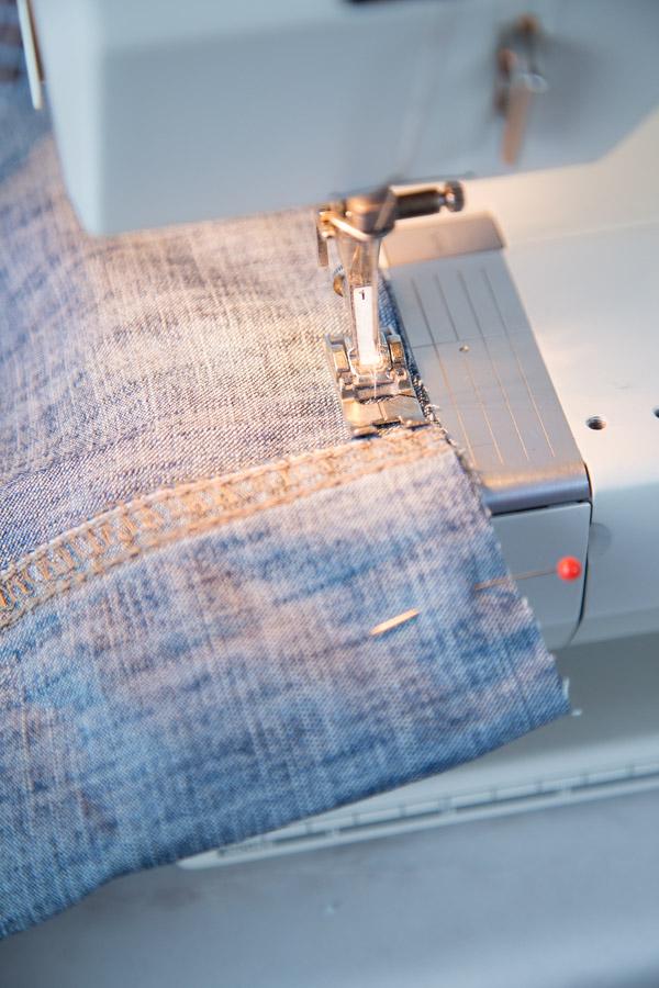 Ompele pussukan pohja suoralla ompeleella ja huolittele sauma ompelukoneen siksak-ompeleella tai saumurilla