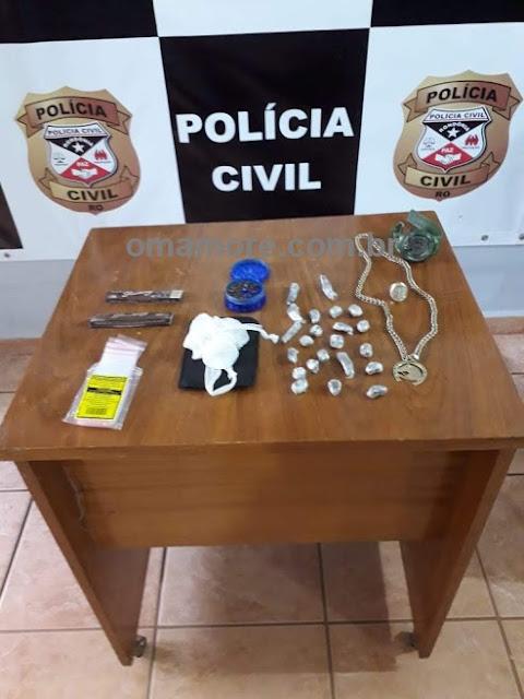 Em pé de bananeira e fossa policiais civis encontram drogas