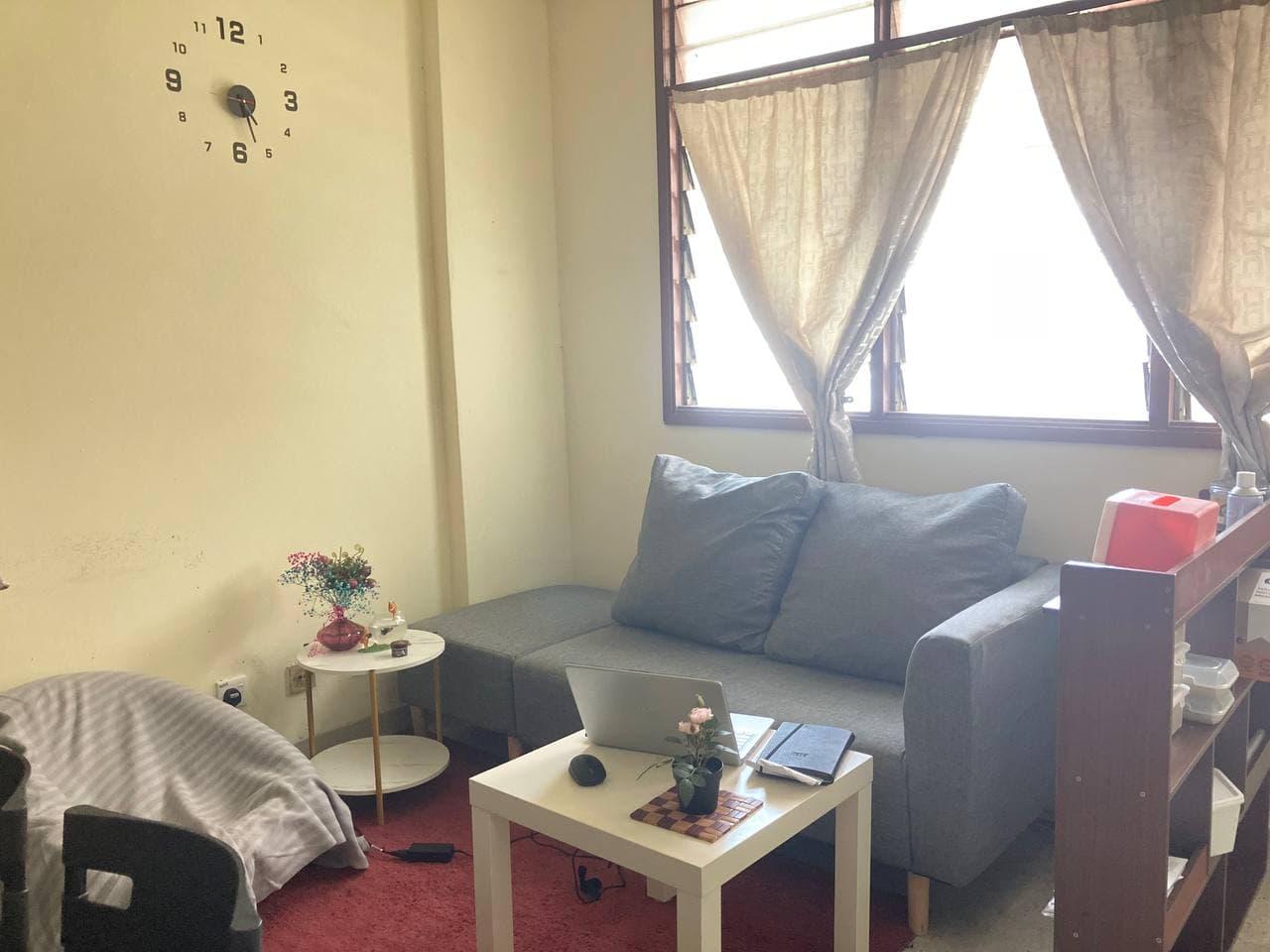 Ubah Suai Sudut Ruang Tamu Rumah Sewa Nampak Hidup
