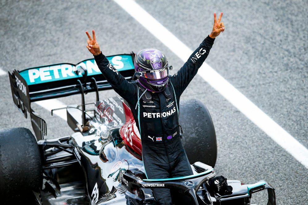 """Hamilton foi aberto sobre o desejo de continuar na F1 em 2022 - e disse depois de sua vitória no GP da Espanha que seu corpo """"está ótimo"""" """"Ainda temos 19 corridas pela frente, mas seria ótimo conseguir alguma coisa antes do inter"""