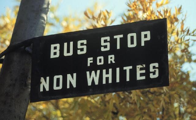 Carteles racistas del apartheid en Sudáfrica