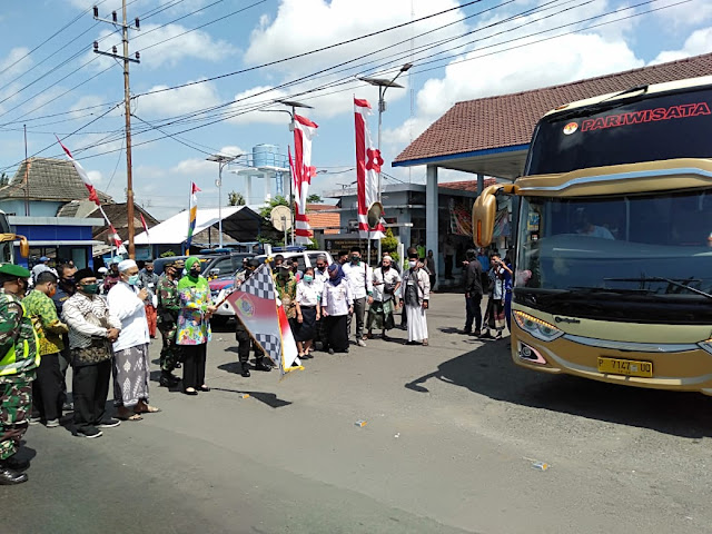 8 Bus Santriwati Diberangkatkan ke Ponpes Salafiyah Syafi'iyah Sukorejo