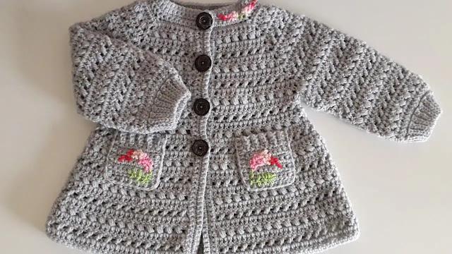 Tutorial de lindo abrigo de bebé con bolsillos y detalles de flore a ganchillo