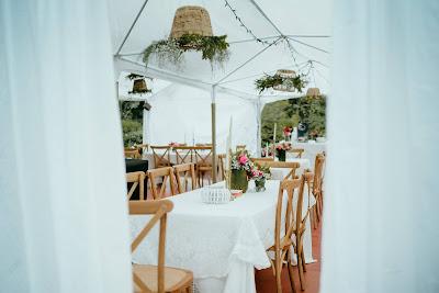 Mesas preparadas para una ceremonia de boda en el jardín de una casa
