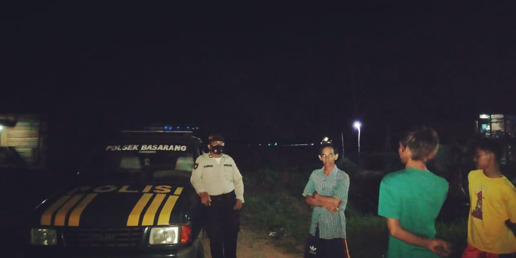 Patroli Malam Hari, Polsek Basarang Imbau Warga Pentingnya Penggunaan Masker