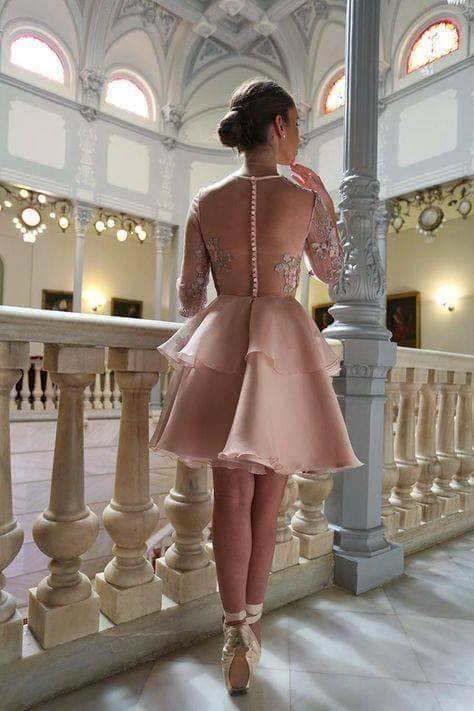 #PraCegoVer: Uma jovem caminhando numa galeria ou ponte como se estivesse indo em busca de alguém.