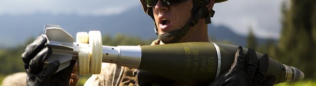 Στρατιώτης μεταφέρει βλήμα όλμου